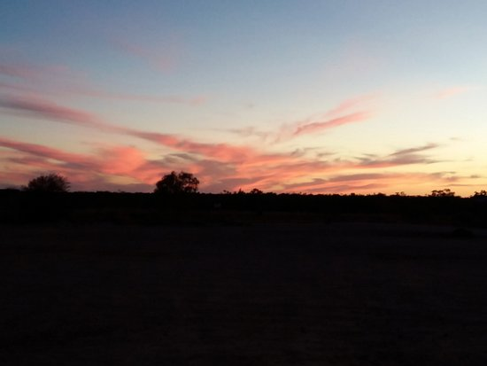 Innamincka, Australien: View from the out door tables at sunset