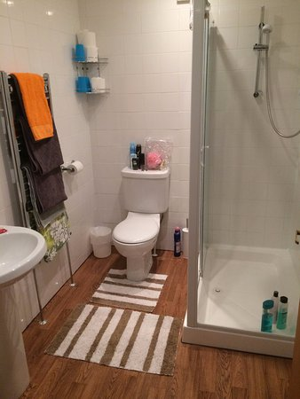 Mirandas Guest House: huge ensuite with toiletries provided