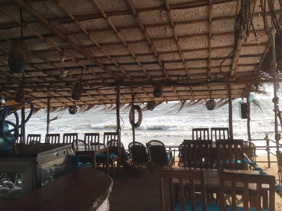Anjuna, India: Вид на внутреннее убранство ресторана