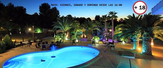 El Palmar, España: Vista de la zona de la piscina y el palmeral