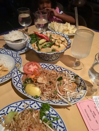 Chiang Mai Thai : Pad Thai and Red curry chicken