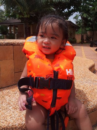 Anda White Beach Resort: My daughter Princess like to swim everyday.