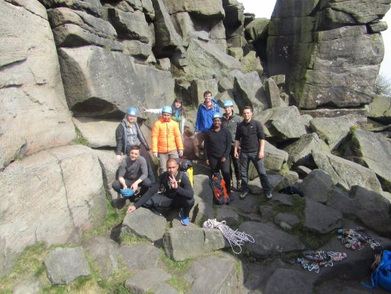 Хоуп-Вэлли, UK: A team of indoor climbers learning skills needed for outdoor climbing with a Pure Outdoor instru