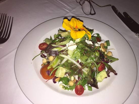 Oliver's Restaurant & Lodge: Note the flower on the salad