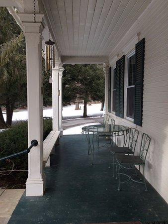 Antique Mansion B&B: Porch for all seasons