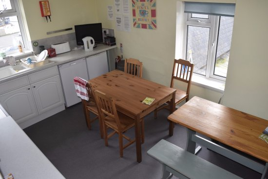 Ocean Backpackers: Communal kitchen on top floor