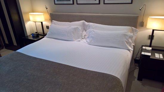 Hotel Murmuri Barcelona: Massive bed!