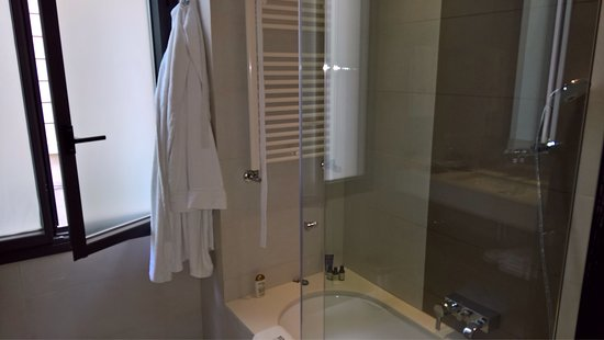 Hotel Murmuri Barcelona: Bathroom and robe.