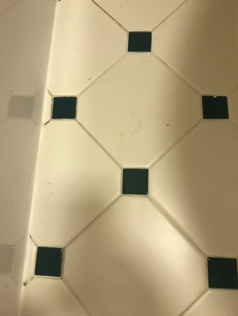 La Quinta Inn Pittsburgh Airport: dirty bathroom floor