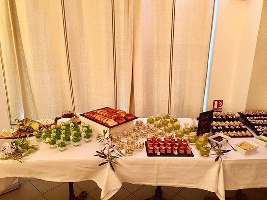 Buffet sal picture of au petit jardin uzes tripadvisor for Au petit jardin uzes