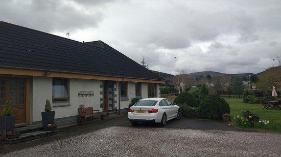 Woodlands Guest House: сам дом и парковка перед ним