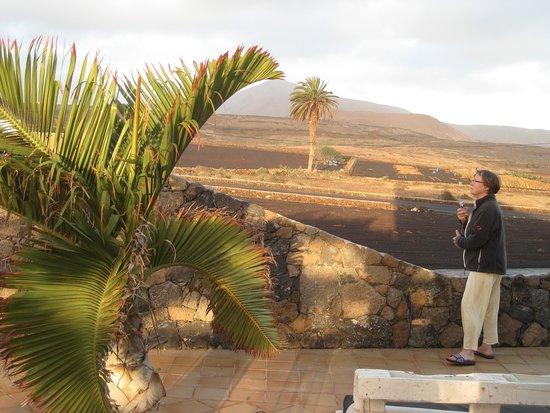Tinajo, Espanha: Die neben der Suite liegende Terrasse mit Blick auf - ja natürlich! -Lava.