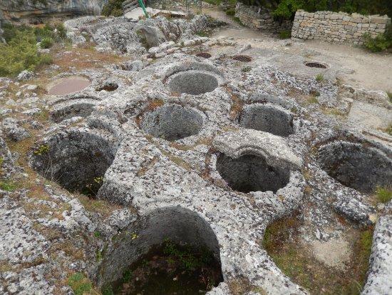 Luberon, Prancis: citerne de grains taillée aussi dans la masse de la roche