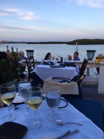 Ophelia's on the Bay : Beautiful deck side dining