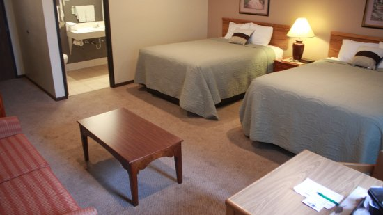 Shawano, WI: 2 Queen Bed Suite with Pull out couch