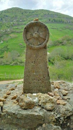 Montsegur, فرنسا: Stèle de 1960 en souvenir des Cathares brûlés vifs