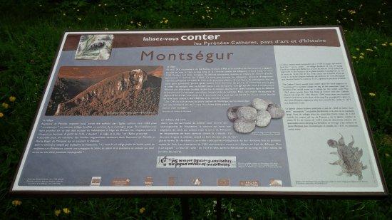 Montsegur, فرنسا: L'histoire de Montségur ... en plusieurs langues !