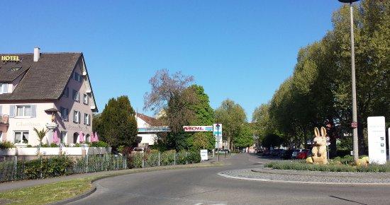 Breisach am Rhein, Duitsland: Foto inkom Breisach met links hotel