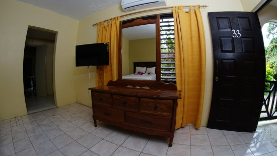 Pure Garden Resort: Kitchenette with Double Beds