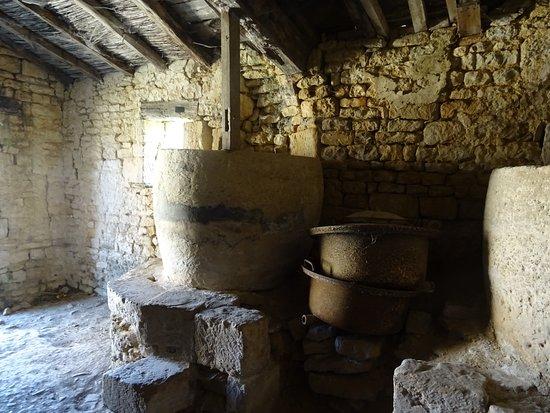 les anciennes cuisines - Photo de Abbaye de Maillezais, Maillezais ...