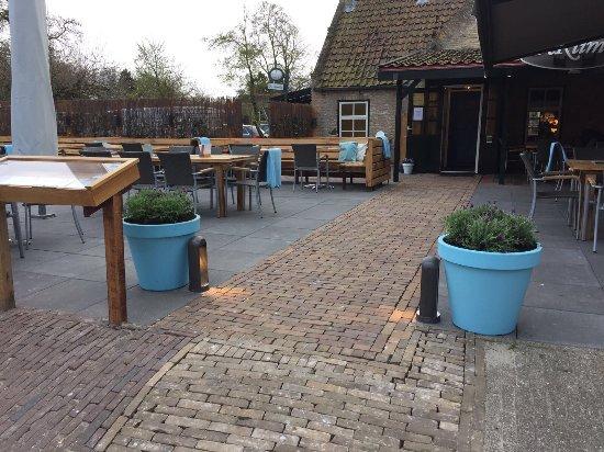 Het ruime terras met zowel zon als schaduw terrasverwarming en