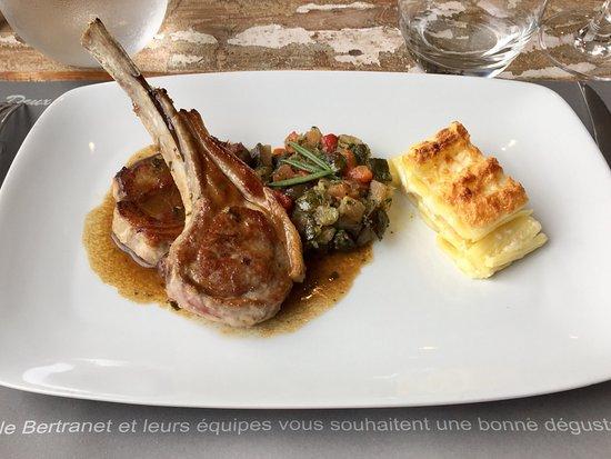 La Table du Moulin : Carré d'agneau Français, ratatouille minute, gratin de macaronis frais, jus de romarin et basili