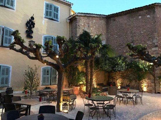 Outdoor dining area - Photo de Auberge de la Tour, Aups - Tripadvisor