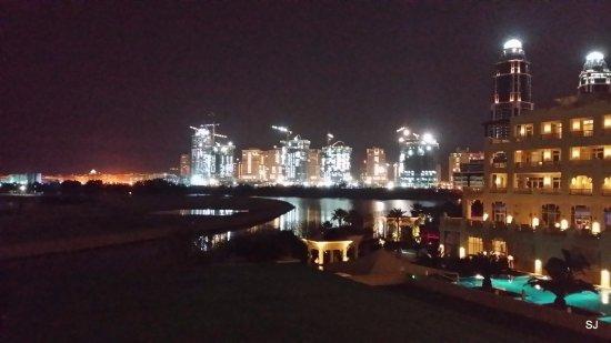 Grand Hyatt Doha Hotel & Villas: Zimmeraussicht bei Nacht
