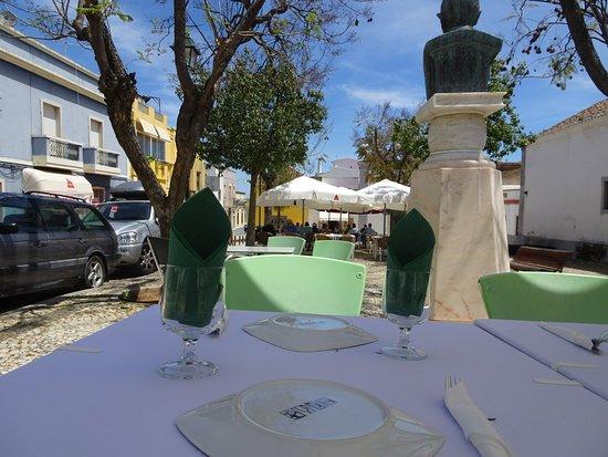 Moncarapacho, Portugal: Vu sur la Place da Republica de Moncarrapacho assis au restaurant Da Ana.