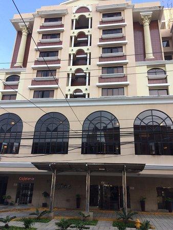 Hotel Milan: Fachada principal del hotel Milán.