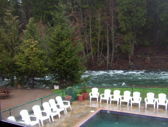 Belknap Hot Springs Lodge and Gardens: Hot springs pool and river beyond seen from the lodge