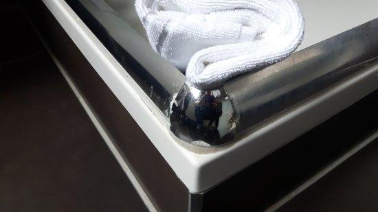 nachttisch mit mehreren schrammen bild von the grey hotel dortmund tripadvisor. Black Bedroom Furniture Sets. Home Design Ideas