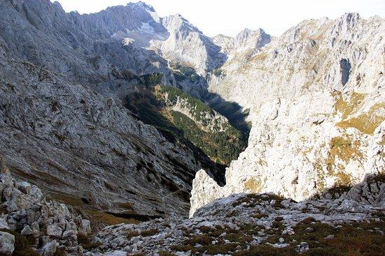 вид от подножия Alpspitze на долину Hoellentalklamm