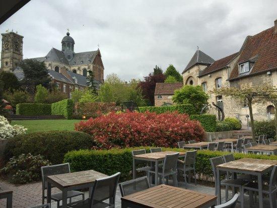 Grimbergen, Belgien: Vista del jardín desde nuestra mesa