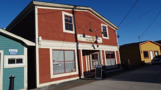 Woody Point, Canada: Eine nette Bar mit nicht nur Fish & Chips und Bier.  Aber das war schon exzellent.  Und die Wirt