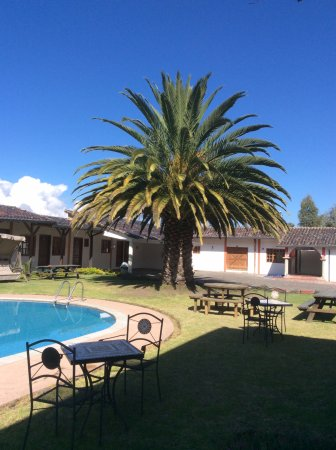 Hosteria San Carlos Tababela: Relaxing rest areas by the pool