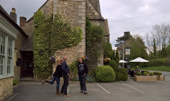 Colesbourne, UK: Off for a scrumptious feast and some jolly fine Ale