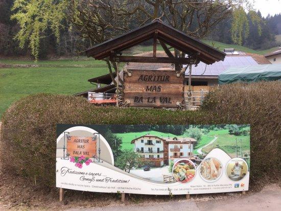 Ruffre-Mendola, Italy: Indicazione di un agriturismo