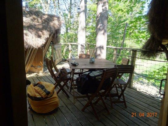"""Saint-Albain, France : Terrasse de la cabane """"suite familiale"""""""