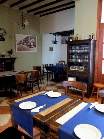 Gata de Gorgos, Spanje: Comedor decorado con objetos y muebles antiguos