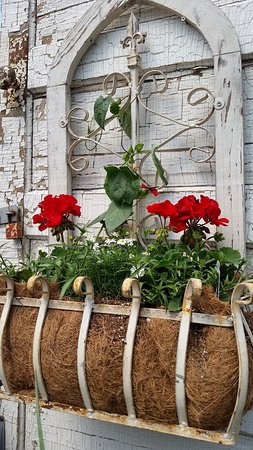 Oakes, Dakota del Norte: Many unique flower planters in rustic style at B and B Gardens floral, gift and greenhouse.