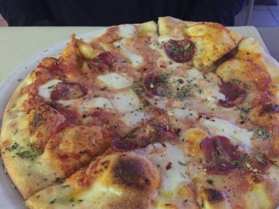 Cafe' Sikelia: Pizza with salame (and pistachios!)