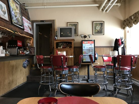 Lindsay's Roost Bar and Grill: The main room, there is another area with a pool table and more seating