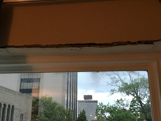 Econo Lodge Downtown: Crack above the window