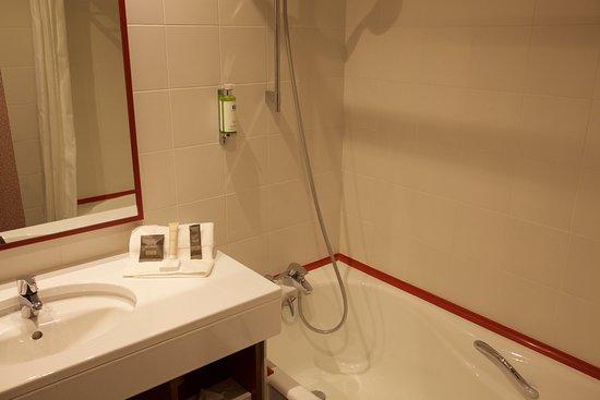 Hotel Lyon-ouest : Badezimmer mit Badewanne