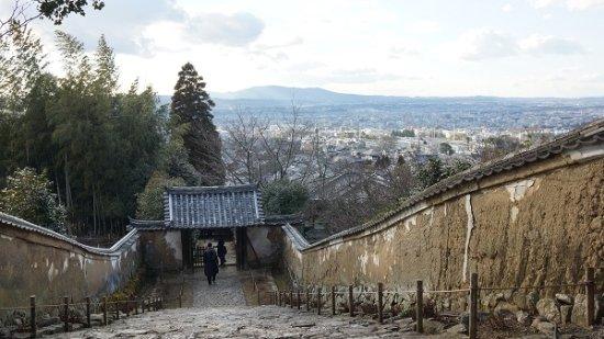 Byakugoji Temple: 受付付近から生駒山を望む。