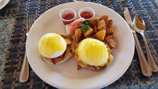 Coco LaPalm Sea Side Resort: Eggs Benedict for breakfast :)