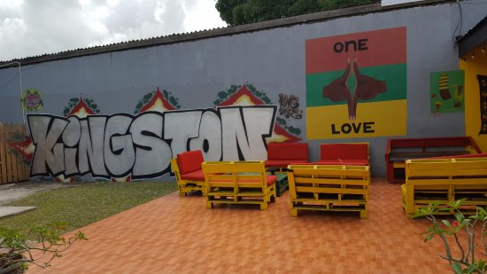 Reggae Hostel : Backyard lounge