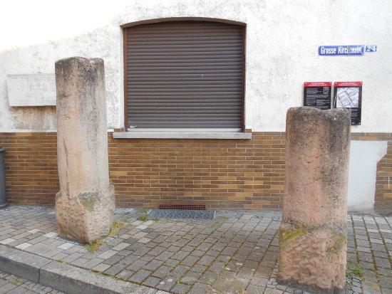 Museum Römischer Ehrenbogen: 博物館の横?にある石柱