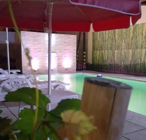 Linda piscina con sillas y ambiente agradable picture for Piscinas lindas